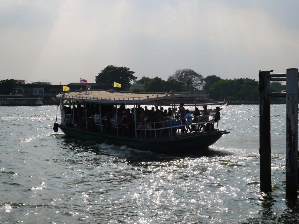 Cross-River Ferry Leaving Rajchawonse Pier in Chinatown